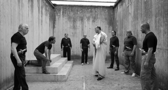 "Julius Caesar (Giovanni Arcuri) confronts his friends and enemies in an unusual rehearsal space inside Rebibbia Prison in a scene from Paolo and Vittorio Taviani's ""Caesar Must Die."""