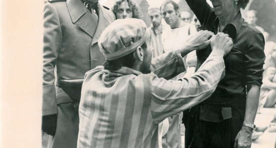 Lina Wertmüller instructs her actors on the proper use of a handgun during the filming of SEVEN BEAUTIES.