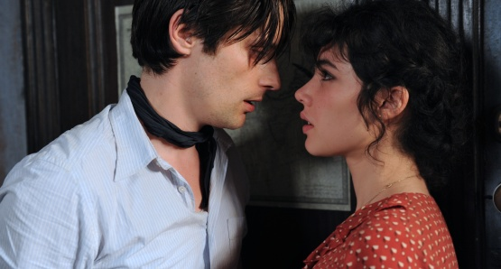Raphaël Personnaz as Marius and Victoire Bélézy as Fanny in MARIUS, a film by Daniel Auteuil.